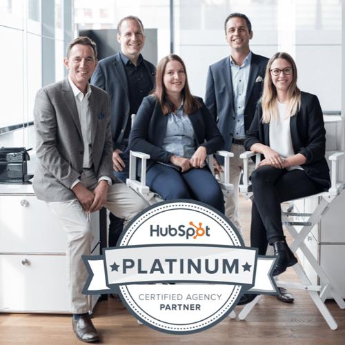 Teamfoto mit HubSpot Platinum Logo